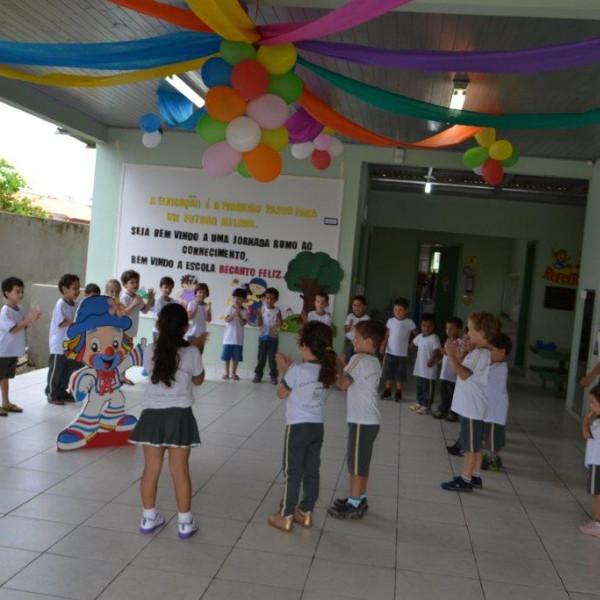 Música E Decoração Nas Escolas Para Recepcionar Os Alunos Na