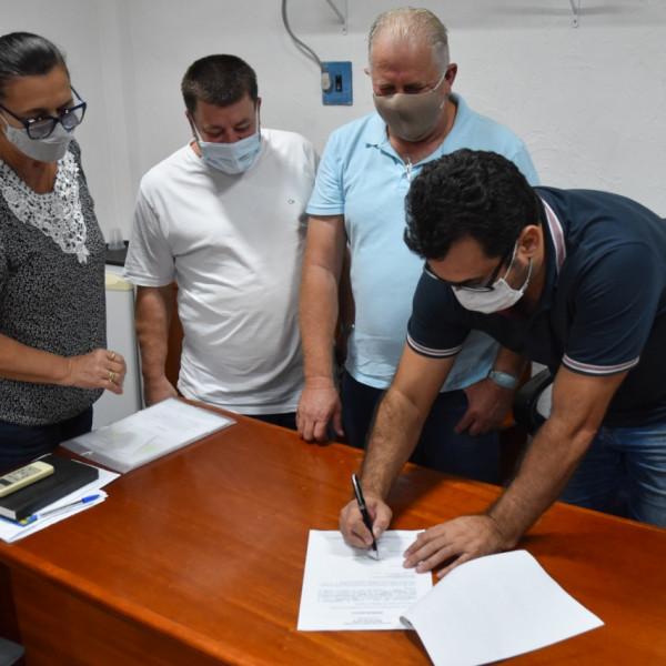 Apiúna assina ordem de serviço para obras de fechamento da quadra de Escola Básica Professor Wadislau Schmidt